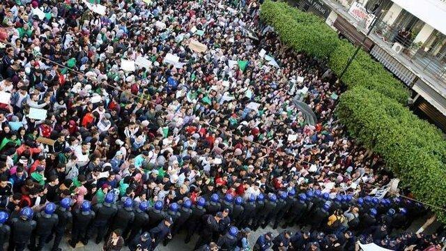 تظاهرات هزاران تن در پایتخت الجزایر، حرکت وسایل نقلیه به حالت تعلیق درآمد