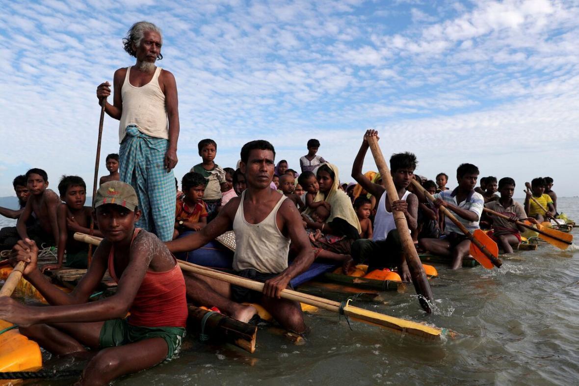 بنگلادش روهینگیایی های سرگردان در دریا را به جزیره ای دورافتاده منتقل کرد