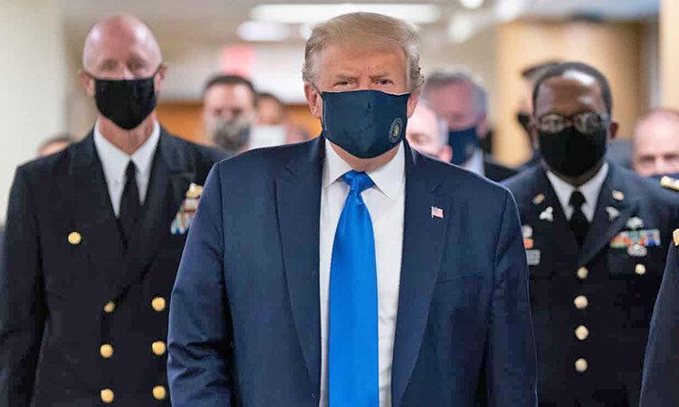 بازدید از یک بیمارستان نظامی ، ترامپ سرانجام ماسک زد